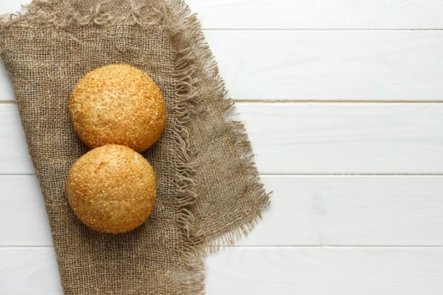 Diversi piccoli pane a forma triangolare multi-grano cosparsi di semi di girasole interi