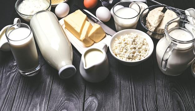 Diversi prodotti lattiero-caseari sul tavolo di legno nero
