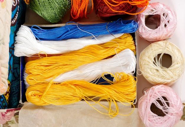 Diversi rocchetti di filo colorato per ricamo