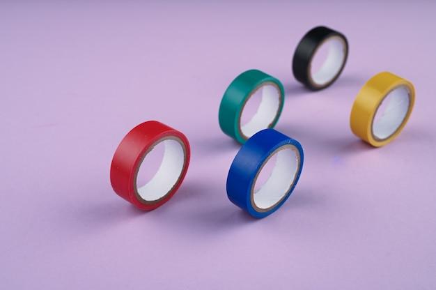 Diversi rotoli rotondi di nastro di plastica colorato