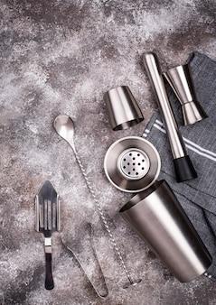 Diversi strumenti da bar per fare cocktail