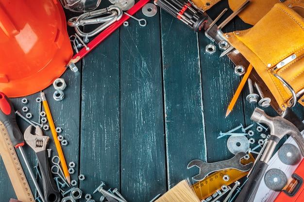 Diversi strumenti di costruzione sul blu