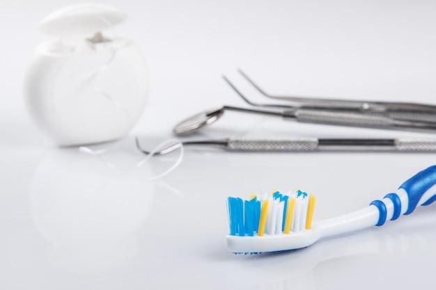 Diversi strumenti per la cura dei denti