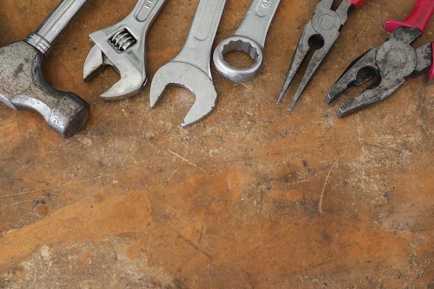 Diversi strumenti sul piano di lavoro in legno rustico