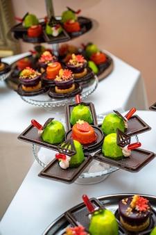 Diversi tipi di bella pasticceria, piccole torte dolci colorati