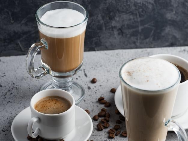 Diversi tipi di caffè su un tavolo
