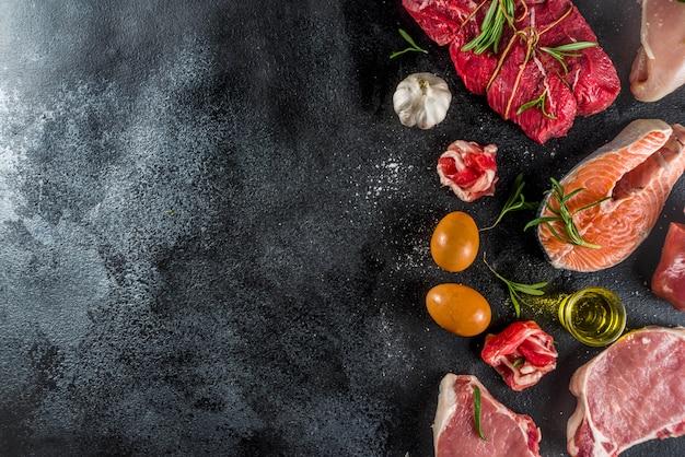 Diversi tipi di carne con erbe e olio