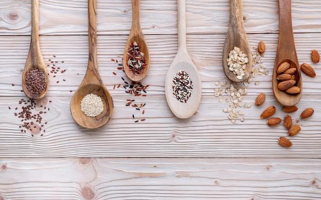Diversi tipi di cereali e cereali su sfondo shabby in legno