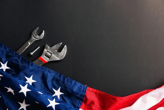 Diversi tipi di chiavi con bandiera americana, concetto di festa del lavoro