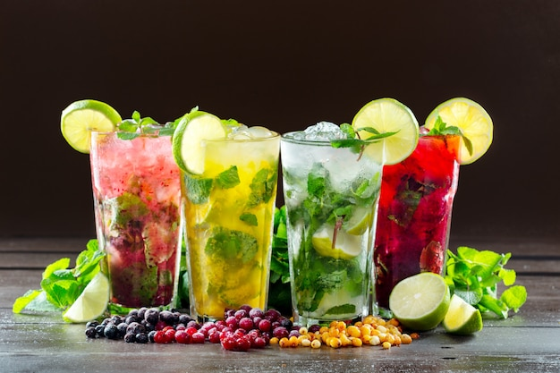 Diversi tipi di cocktail mojito su marrone scuro