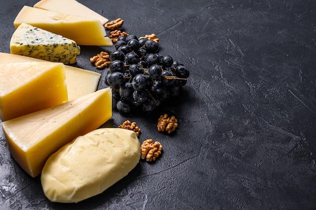 Diversi tipi di deliziosi formaggi sullo sfondo