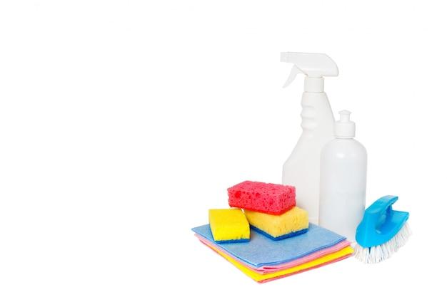 Diversi tipi di detergenti per la casa e spugne colorate, guanti isolati su bianco. fondo di pulizia