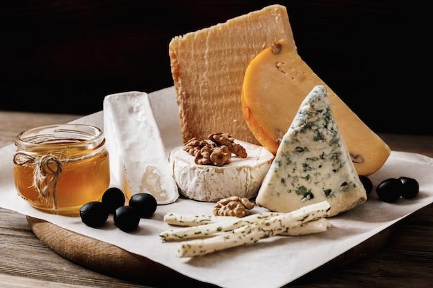 Diversi tipi di formaggi. fette di formaggio brie o camembert con parmigiano