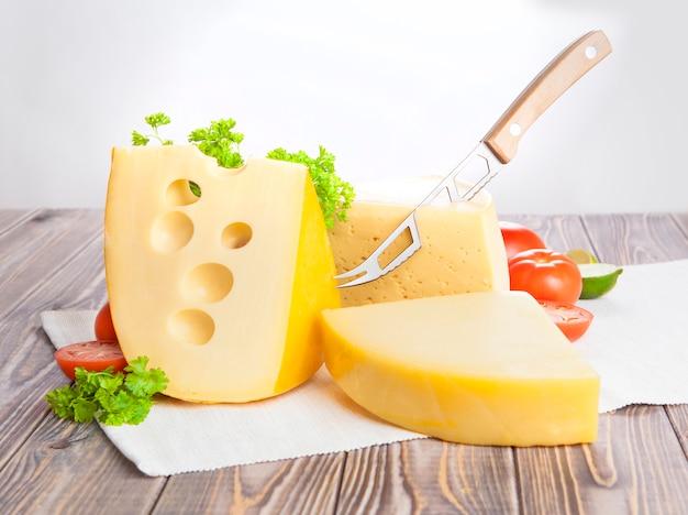 Diversi tipi di formaggio su un tavolo di legno