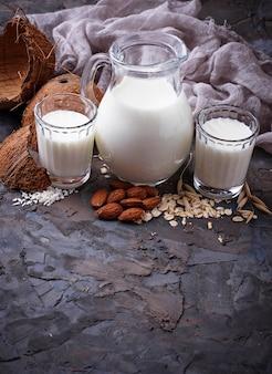 Diversi tipi di latte vegano senza lattosio
