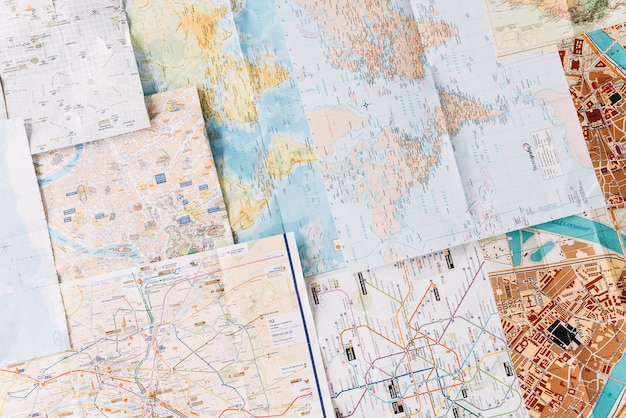 Diversi tipi di mappe che mostrano la strada delle città; percorso e posizione