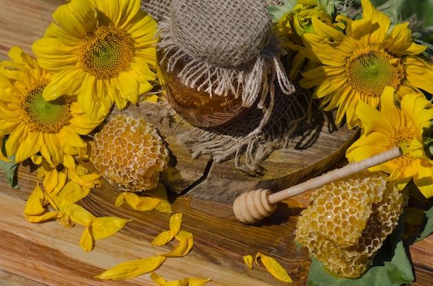 Diversi tipi di miele su legno. miele biologico sano