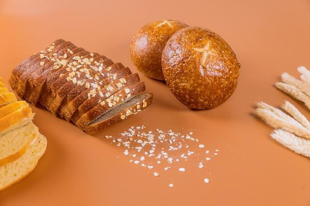 Diversi tipi di pane con grano sul tavolo.