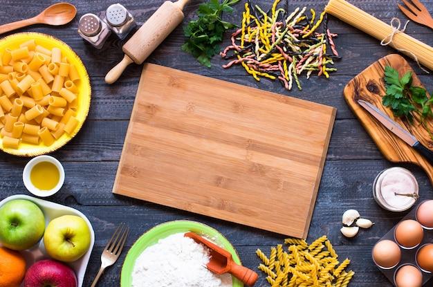 Diversi tipi di pasta con verdure, spazio libero per il testo. vista dall'alto