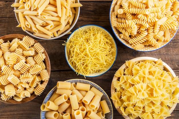 Diversi tipi di pasta cruda