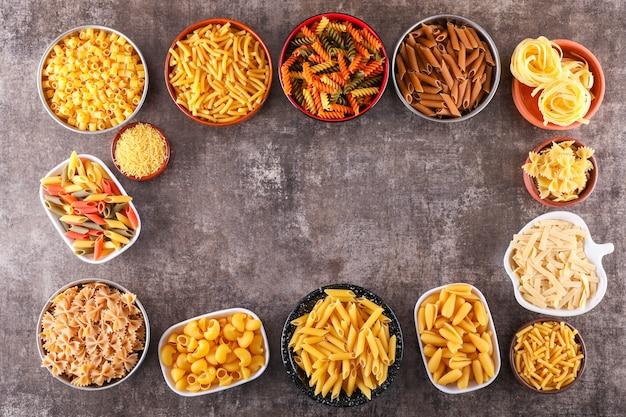 Diversi tipi di pasta in diversi piatti vista dall'alto
