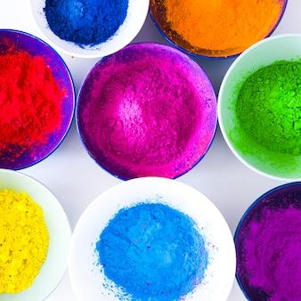 Diversi tipi di polvere di colore holi nelle ciotole