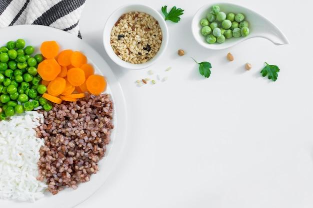 Diversi tipi di porridge con verdure sul piatto bianco