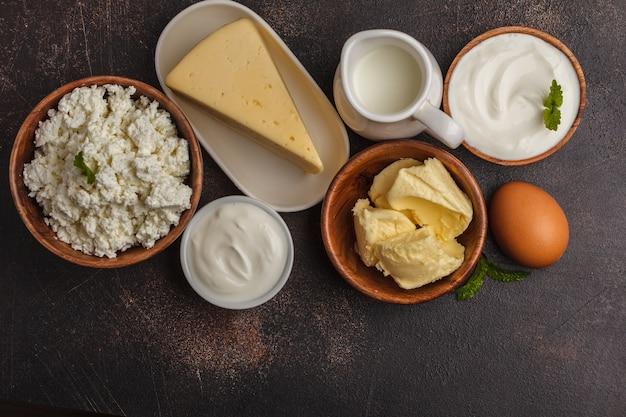 Diversi tipi di prodotti lattiero-caseari su oscurità