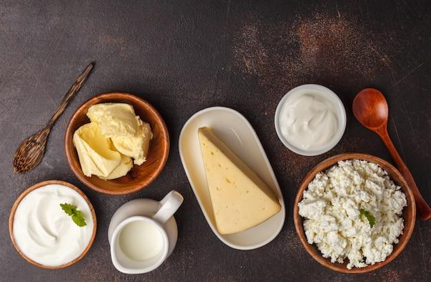 Diversi tipi di prodotti lattiero-caseari su sfondo scuro, vista dall'alto, copia spazio. sfondo di cibo sano.