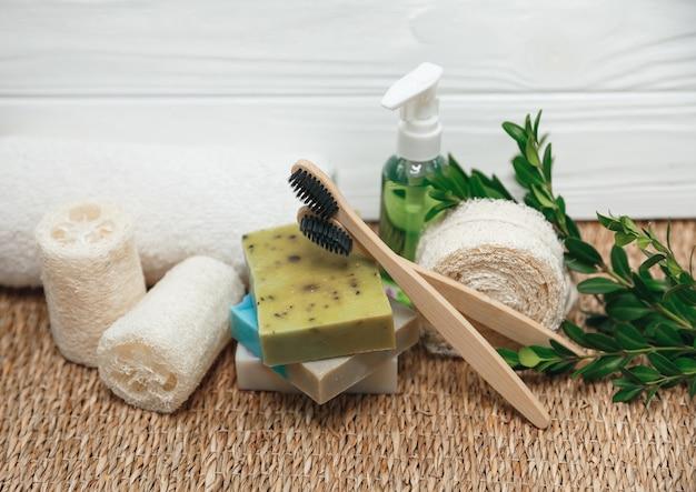 Diversi tipi di rifiuti zero: spugne, spazzolino da denti e sapone biologico fatto a mano. articoli ecologici naturali per igiene e bagno.