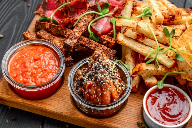 Diversi tipi di snack fritti, crostini, carne