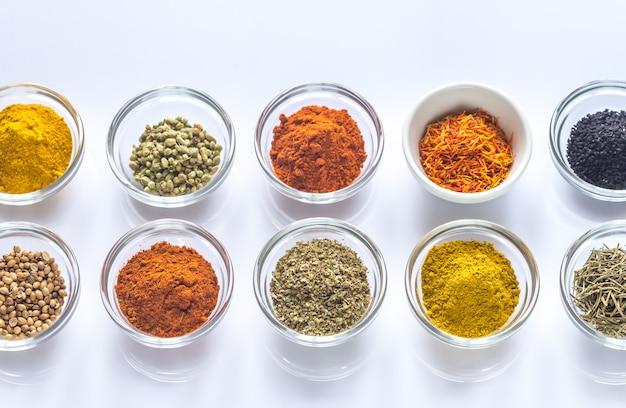 Diversi tipi di spezie ed erbe aromatiche