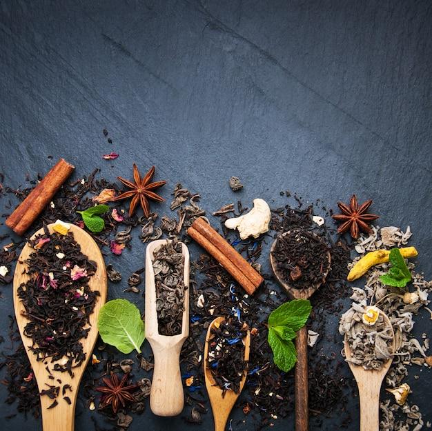 Diversi tipi di tè in cucchiai di legno