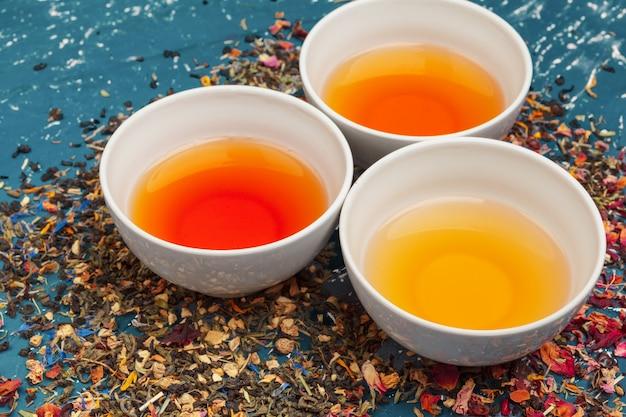 Diversi tipi di tè per cerimonia, vista dall'alto, spazio libero