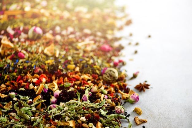 Diversi tipi di tè: verde, nero, floreale, a base di erbe, menta, melissa, rosa, ibisco, fiordaliso.