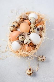 Diversi tipi di uova in un cestino.