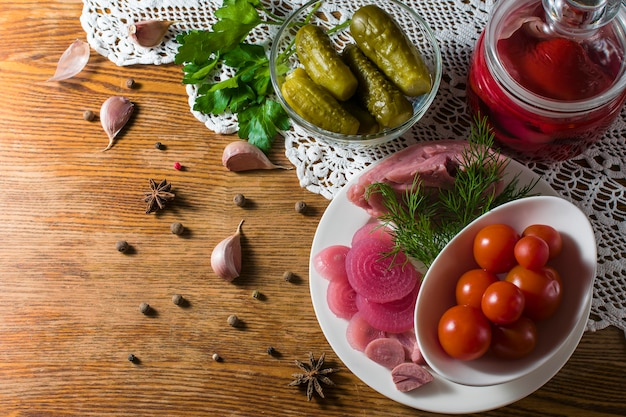 Diversi tipi di verdure in salamoia. cetrioli sottaceto, pomodoro, cavolo, pepe, verdure, cipolla e aglio serviti sul tavolo vecchio stile
