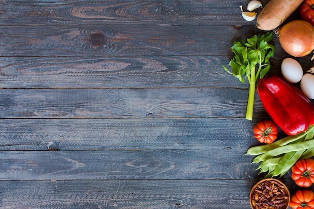 Diversi tipi di verdure su un vecchio tavolo di legno