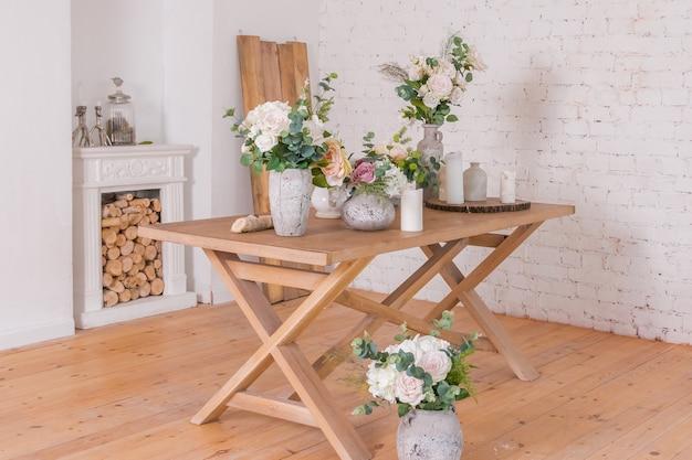 Diversi vasi con fiori sul tavolo di legno