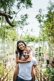 Diversità sorridente felice delle coppie nel momento di amore insieme