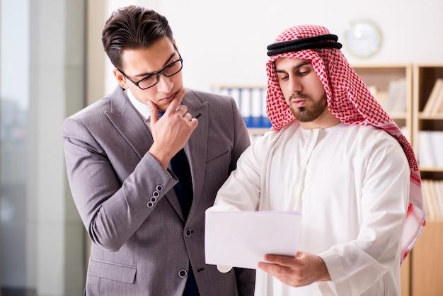 Diverso concetto di business con uomo d'affari arabo
