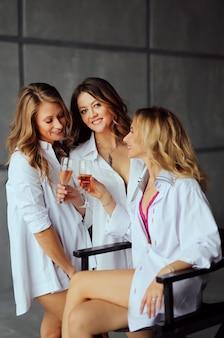 Diverso gruppo di amici femminili godendo ad una festa e ridendo. gruppo di belle donne divertendosi