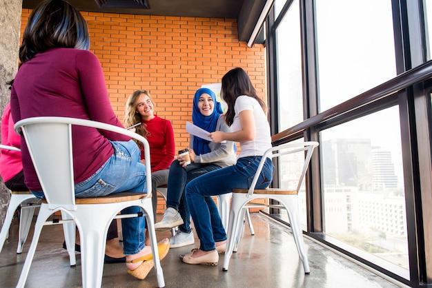 Diverso gruppo di donne in abiti colorati all'incontro