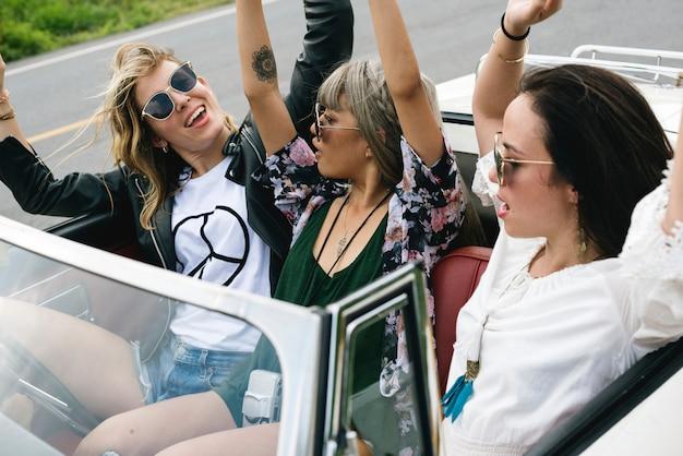 Diverso gruppo di persone che godono di un viaggio su strada e festival