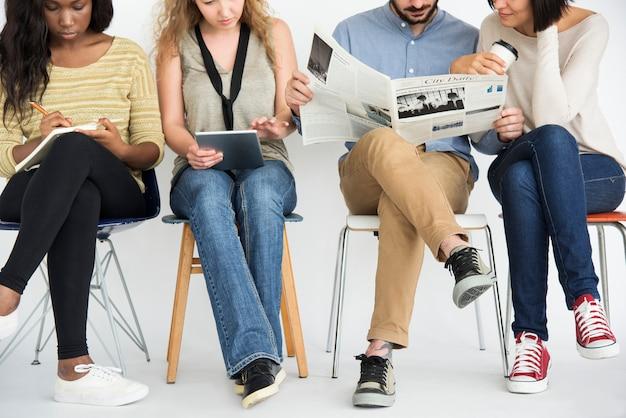 Diverso gruppo di persone impegnate a lavorare