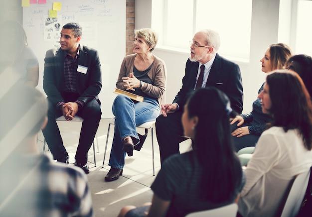 Diverso gruppo di persone in un seminario