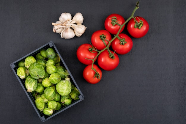 Diverso tipo di verdura in una scatola di legno