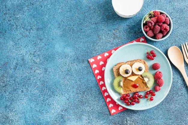 Divertente animale da colazione affronta toast con creme spalmabili