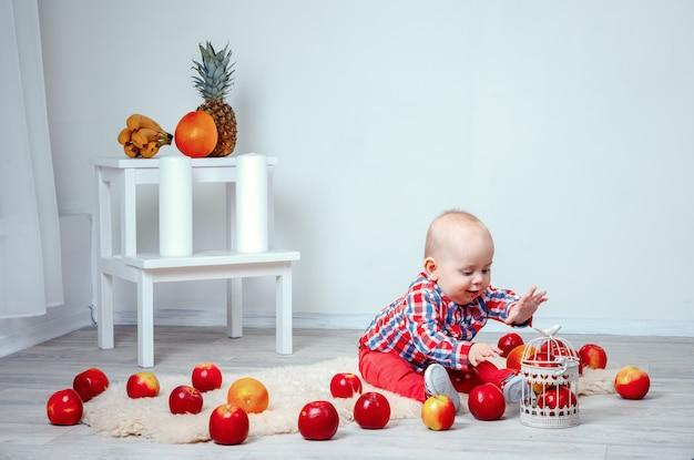 Divertente bambino con frutta