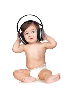 Divertente bambino in pannolini ascoltando musica